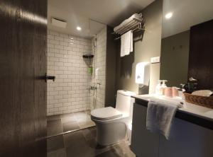 A bathroom at Doudian DDiNN Hotel