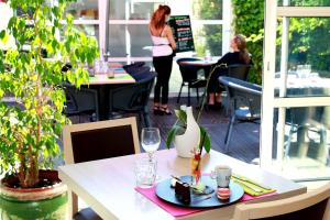 A restaurant or other place to eat at Hotel Le Pavillon Béziers