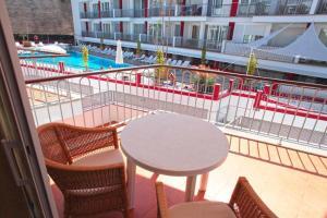 Вид на бассейн в Arena Suites или окрестностях