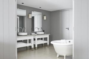 A bathroom at Hôtel Plage Palace & Spa
