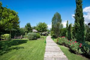 A garden outside Maison Di Fiore B&B