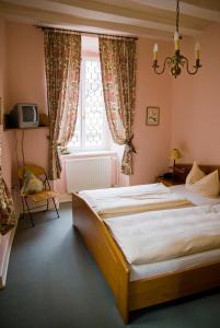 Ein Bett oder Betten in einem Zimmer der Unterkunft Hotel Schloss Zell