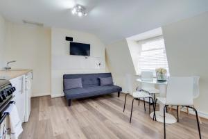 A seating area at Regents Park Central Apartments