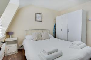 A bed or beds in a room at Regents Park Central Apartments