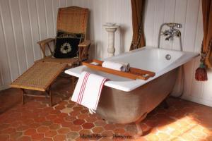 A bathroom at Chateau Rosans