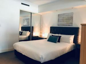 A bed or beds in a room at Wyndel Apartments Sydney CBD - Bond