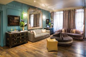 A seating area at Castille Paris – Starhotels Collezione