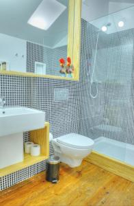 A bathroom at Three Houses & Bedrooms