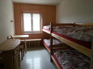 Letto o letti a castello in una camera di Rifugio Fronza alle Coronelle - Kölner Hütte