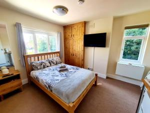 A bed or beds in a room at Melrose Guest House Derby