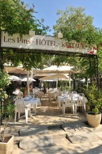A restaurant or other place to eat at Les Pins restaurant et chambre d'hôtes