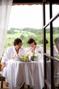 Ein Restaurant oder anderes Speiselokal in der Unterkunft Landhaus Talblick Privathotel & Restaurant