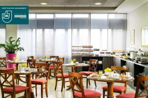 A restaurant or other place to eat at UNAWAY Hotel & Residence Quark Due Milano
