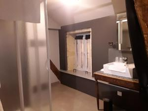 A bathroom at Escampette