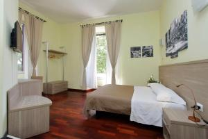 A bed or beds in a room at LHG Comfy Rooms