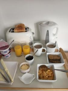 Breakfast options available to guests at Basingstoke En Suite Room in Garden Annex