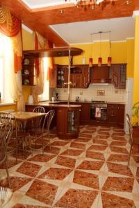 A kitchen or kitchenette at Gostynniy Dvir Hostel