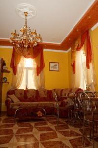 A seating area at Gostynniy Dvir Hostel