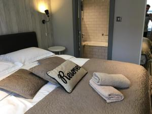 A bed or beds in a room at EI8HT Brighton Guest Accommodation