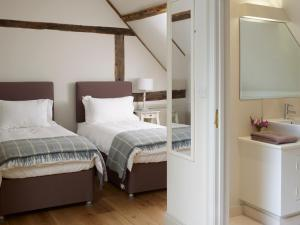 A bed or beds in a room at Manor Farm Courtyard Cottages