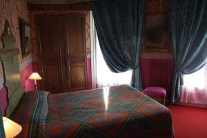 A bed or beds in a room at Hôtel De Nice