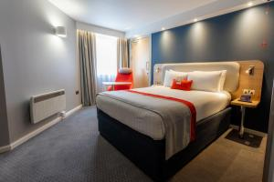 A bed or beds in a room at Holiday Inn Express - Glasgow - City Ctr Theatreland