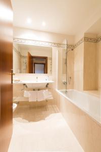 Ein Badezimmer in der Unterkunft Hotel Eden