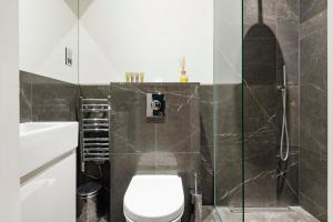 A bathroom at Arcore Premium Rental The Strand