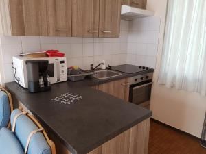 A kitchen or kitchenette at Bungalow 4pers Waulsort