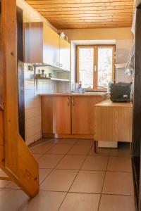 Kuchyň nebo kuchyňský kout v ubytování Chata tri Zruby pri Bešeňovej