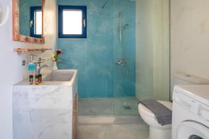 A bathroom at Molos Apartments