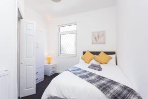 A bed or beds in a room at Townhouse @ 76 Clare Street Stoke