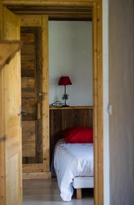 A bed or beds in a room at Gîte Balnéo Au Coeur des Alpes