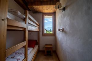 A bunk bed or bunk beds in a room at Gîte Balnéo Au Coeur des Alpes