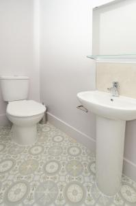 A bathroom at Townhouse PLUS @ London Road Stoke