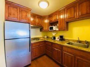 A kitchen or kitchenette at Monterey Bay Lodge