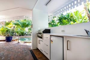 A kitchen or kitchenette at The White House Port Douglas