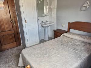 A bed or beds in a room at Hostal Pensión Rosada