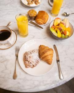 Breakfast options available to guests at The Beekman, a Thompson Hotel