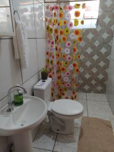 Um banheiro em Pedra do Sol Pousada