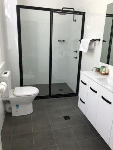 A bathroom at Vine Valley Inn