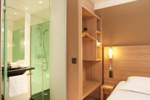 A bathroom at Escale Oceania Quimper Centre