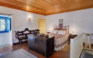 A bed or beds in a room at Aldeia da Mata Pequena