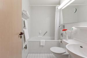A bathroom at AZIMUT Hotel Nuremberg