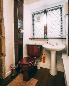 A bathroom at The Rookery Nook and Brontë Parsonage - Haworth