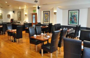 Een restaurant of ander eetgelegenheid bij Blooms Hotel