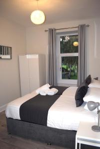 A bed or beds in a room at Kelpies Serviced Apartments- Victoria