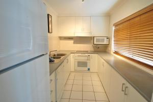A kitchen or kitchenette at Mowamba D2