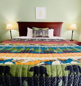 A bed or beds in a room at Salida Inn & Monarch Suites
