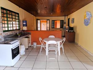 A kitchen or kitchenette at RANCHO DA PISCINA EM BONITO